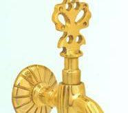 Кран для турецкой бани золотого цвета на плоском основании